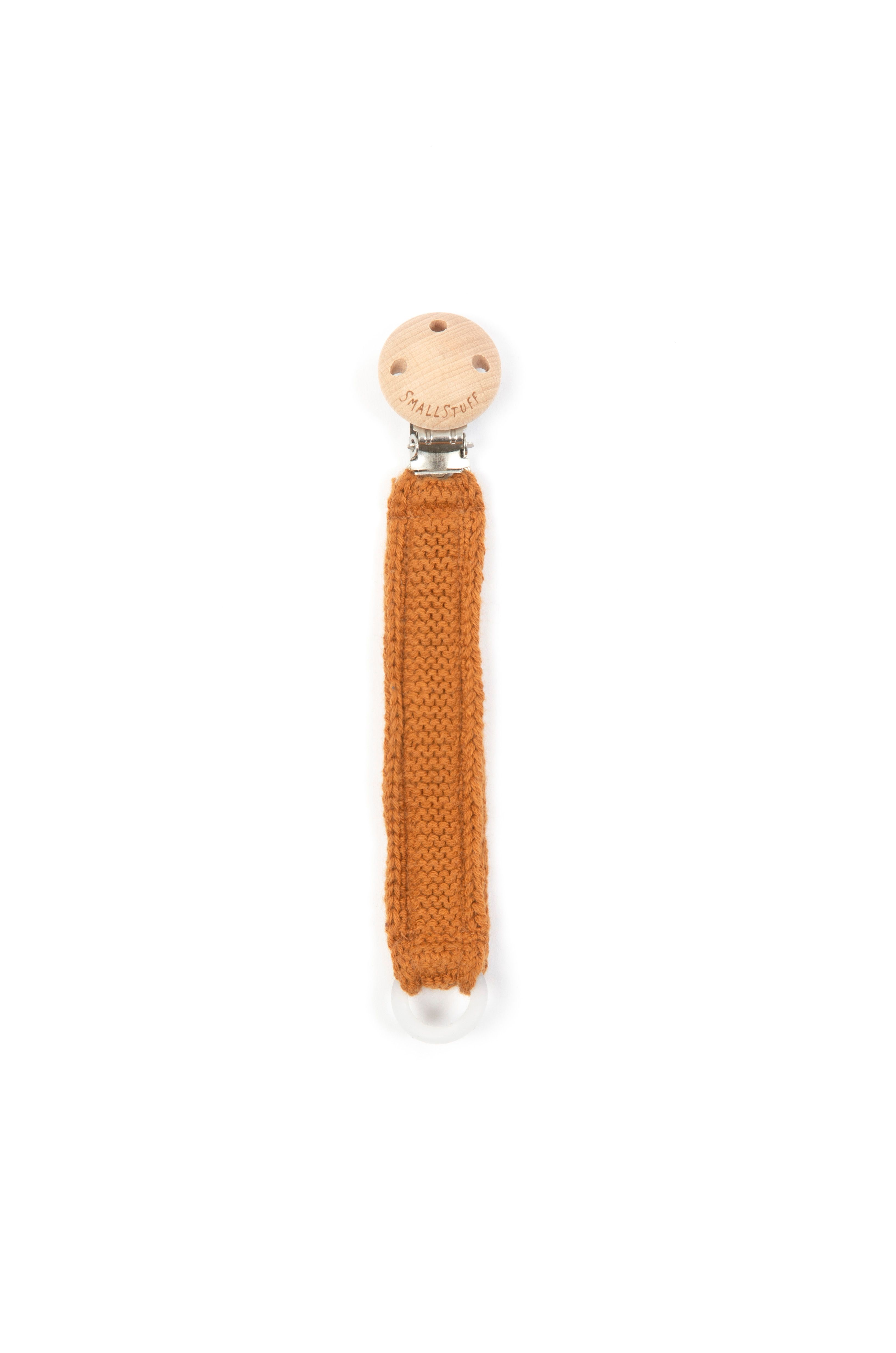 Smallstuff - Knitted Dummy Chain w. Wooden Clips - Maple Syrup