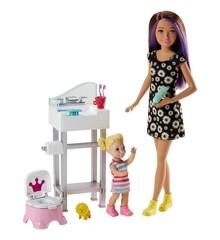 Barbie - Skipper Babysitters Doll and Playset - Bathroom (FJB01)