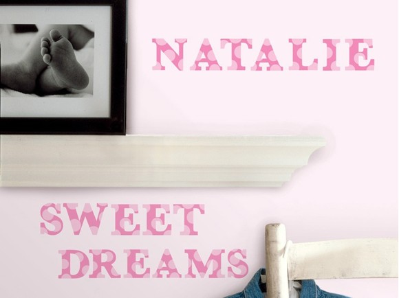 Roommates - Lyserøde bogstaver - Wallstickers (RMK1251SCS)